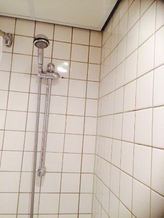 wasserschaden an der decke so ein badezimmer geh rt f r mich nicht in ein 4 sterne hotel ungezi. Black Bedroom Furniture Sets. Home Design Ideas