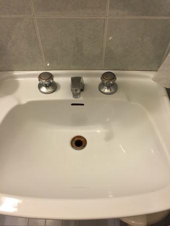 Hotel Suez: Un lavandino arrugginito. la manopola dell'acqua fredda non funzionava nemmeno
