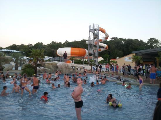 La plage de la piscine picture of camping club les for Aubergenville piscine