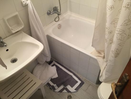 Salle de bains 4 m2 avec sa magnifique baignoire sabot digne des ...