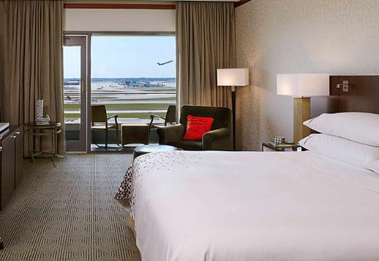 Renaissance Concourse Atlanta Airport Hotel: King Runway View Guest Room