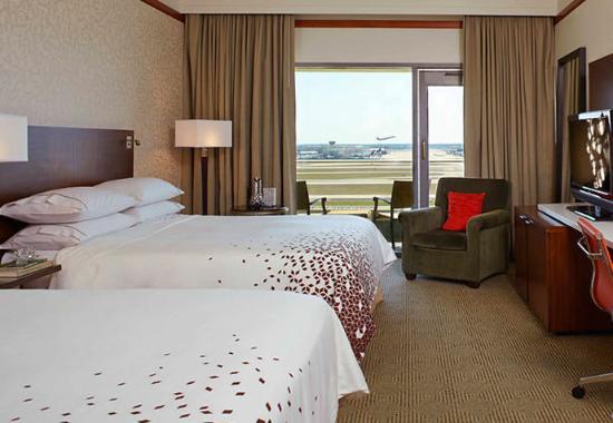 Renaissance Concourse Atlanta Airport Hotel: Queen/Queen Runway View Guest Room