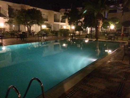 Hotel Volubilis: La piscina illuminata di notte.