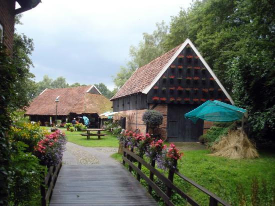 Openluchtmuseum Ootmarsum Het Land Van Heeren en Boeren: Ruime paden. Museum is rolstoel vriendelijk.
