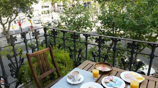 Hotel Paseo De Gracia: Desayunando mirando el Paseo de Gracia