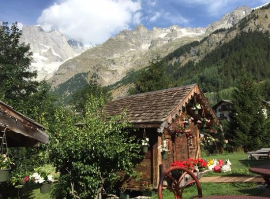 Garden view at breakfast picture of auberge de la maison for Auberge de la maison courmayeur tripadvisor