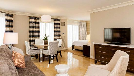 The Waterfront Beach Resort, A Hilton Hotel: Oceanfront Executive Suite