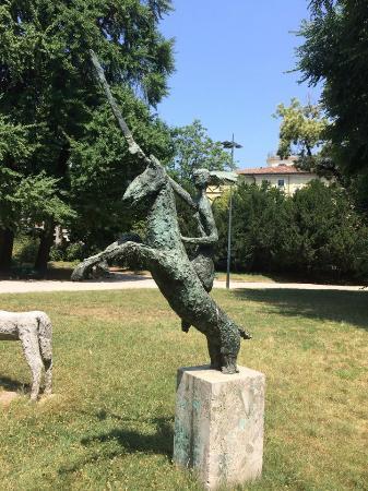 Civico Planetario Ulrico Hoepli: Парковая скульптура перед планератрием
