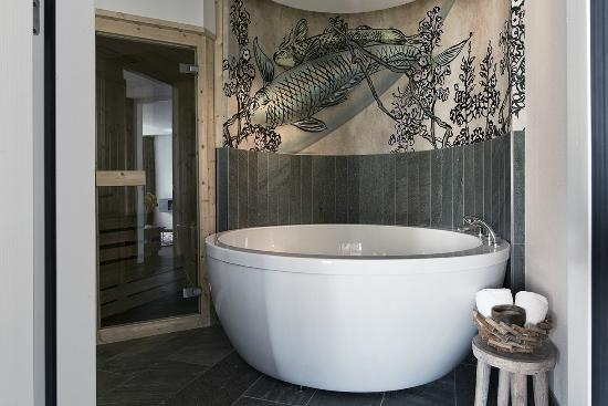 Spa suite bathroom with jacuzzi and sauna picture of for Designhotel rotterdam