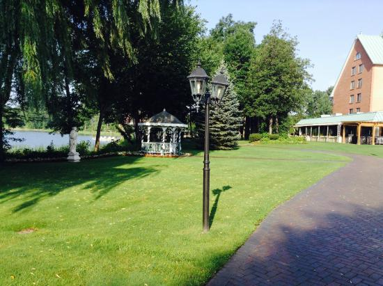 Chateau Vaudreuil : There's a paved walkway all around the lake front of the property