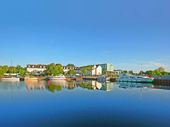Hodson Bay Hotel is situated on teh shores of Lough Ree