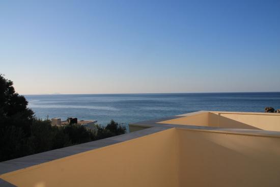 Hotel Polyrizos: Blick von der Terrasse des Zimmers 29 auf das Meer