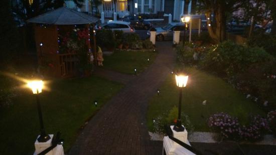 Craig-Ard Hotel: Garden at night