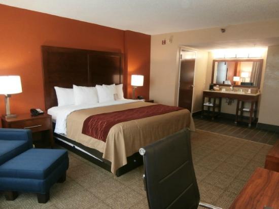 Comfort Inn & Suites: Renovated room
