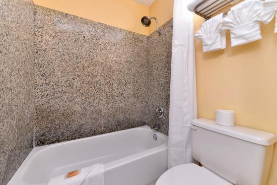 Americas Best Value Inn - Angleton: Guest Bathroom