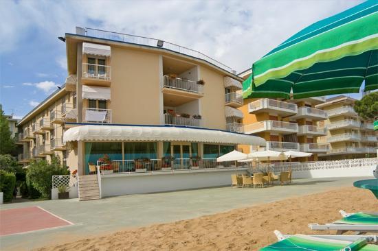 Hotel Janeiro: Terrazza esterna e spiaggia privata