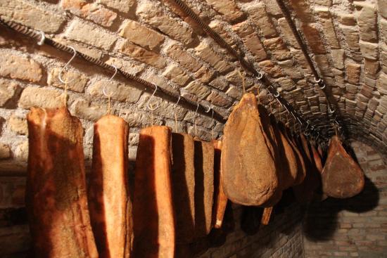 Azienda Agrituristica Biologica Villa Rosa: grotta per la stagionatura dei salumi