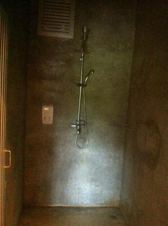 On The Rock Chaiyaphum Bed & Breakfast: ห้องน้ำส่วนอาบน้ำแยกส่วนจากชักโคก