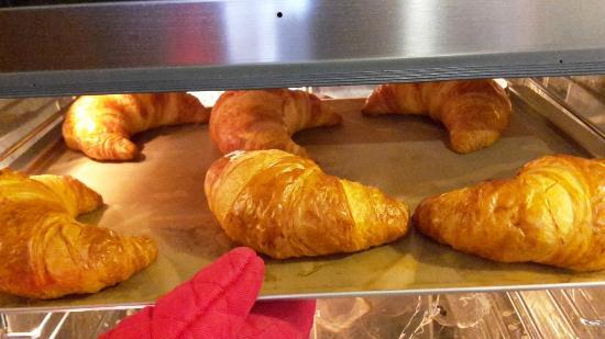 Cafe DV: круассаны пекутся каждое утро