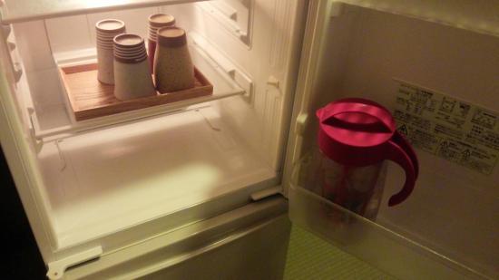 kaneyoshi ittouan: 冷蔵庫で冷えている陶器のグラスと水