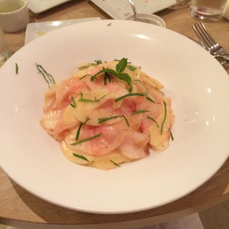 Crattini Cucina Itariana: 今回頂いた料理の写真です。桃のカッペリーニは季節限定の料理で、今だけの一皿でした。大袈裟に言えば、ひっくり返るようなビジュアルと美味しさです!