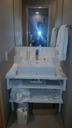 Hotel Gracery Shinjuku: pia e amenidades para banho