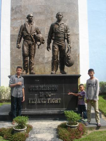 Indonesian Airforce Museum: Monumen di depan museum Dirgantara