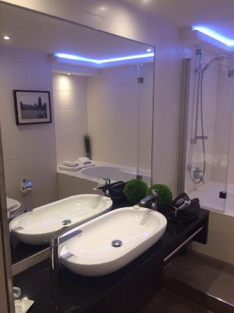 Zi Hotel & Lounge: Badezimmer