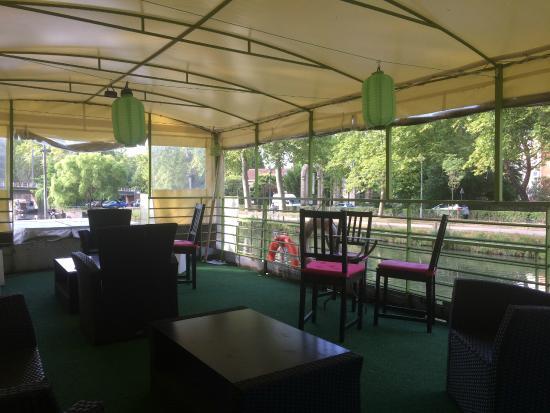 Peniche Amboise: petit patio sur le pont