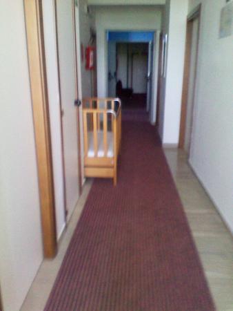 Hotel Galf: Questo è come si presenta il corridoio della nostra camera.