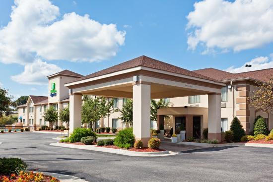 Holiday Inn Express Shelby: Hotel Exterior