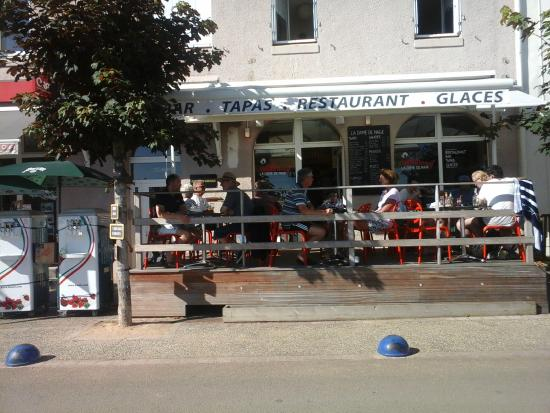 Locquirec, France: Terrasse au soleil