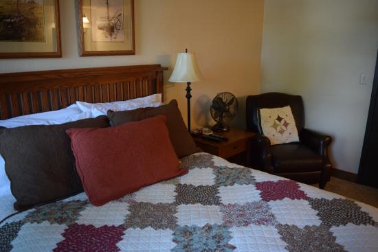 Iowa House Hotel - Ames: Room with Queen Bed