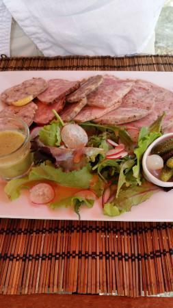 Rions, Франция: entrée menu 16 euros assiette charcuterie de pays ( andouille roulée et persillée)