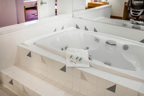 Quality Inn & Suites: Jacuzzi Suite