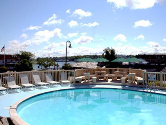 Weathervane Terrace Inn and Suites: Pool View