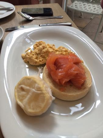The Fleece at Cirencester: Smoked salmon on a muffin