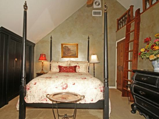 Orchard Hill Farm Bed & Breakfast : View of the bed in Fireside