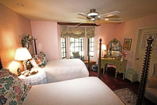 Orchard Hill Farm Bed & Breakfast: View of beds in Sarah's Room