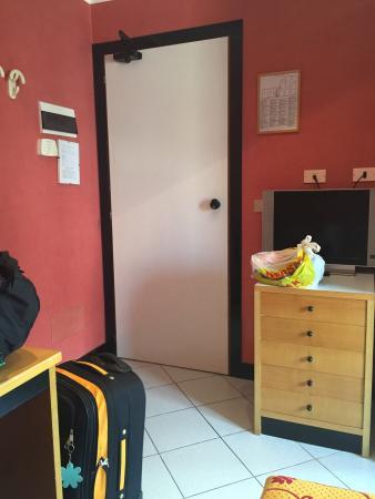 Junior Hotel: Camera al secondo piano. Bella, essenziale, disposizione dei mobili e pulizia ottima.