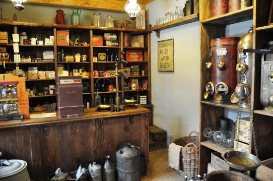 Nowy Sacz, بولندا: W sklepie kolonialnym.