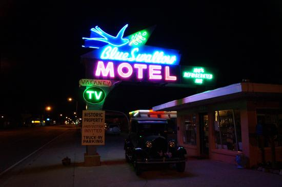 Blue Swallow Motel: Evening exterior picture