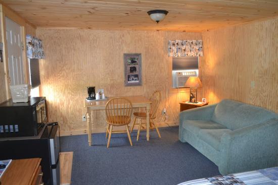 Jonesboro, เมน: Cabin 17 - Inside
