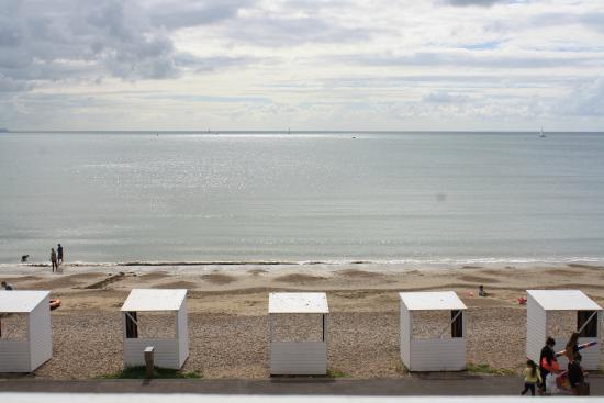 Lyndale Guest House : Beach and beach huts viewed from room 5