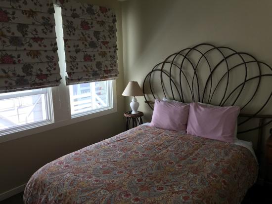The Willows Bed and Breakfast Inn: Queen bed in a 2-room suite