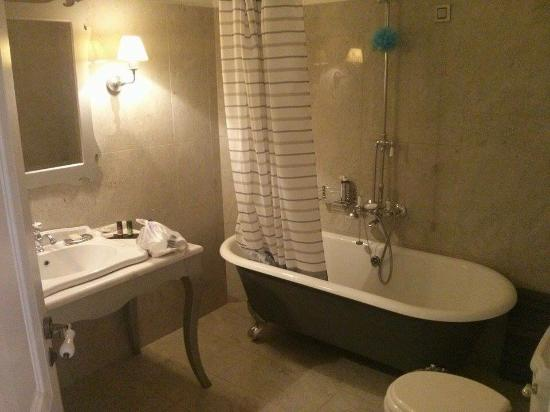 Micra Anglia Boutique Hotel: Bathtub