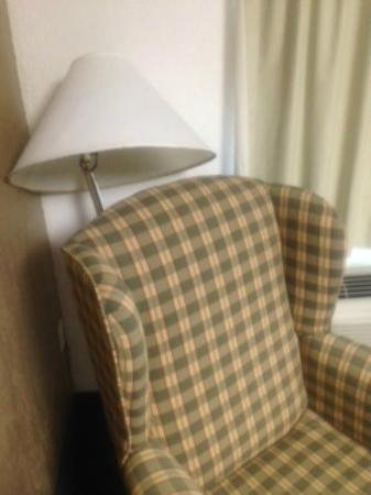 Guest Inn Rogers : Broken lamp shoved in the corner