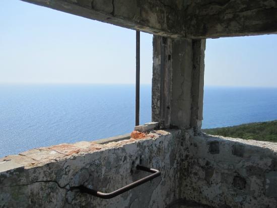 Dalmatië, Kroatië: Widok z wieży obserwacyjnej w ruinach bazy
