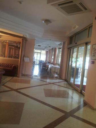 Hotel Impero: Hall con vista entrata ristorante