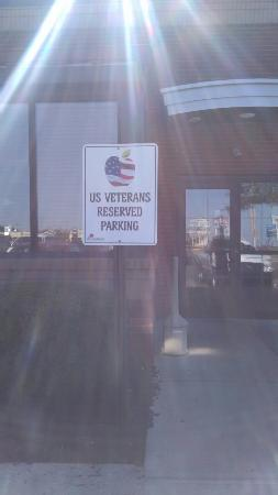 Applebee's: Parking for Veteran's.... Love this and more should have them!